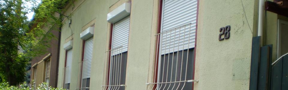 Külső tokos szúnyoghálós redőny.  A redőny tokba épített mozgatható integrált szúnyoghálóval